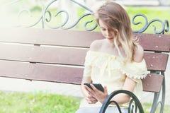 El estudiante hermoso joven está leyendo en la tableta Foto de archivo libre de regalías