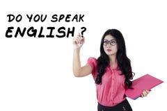 El estudiante inglés escribe un texto en whiteboard Fotografía de archivo libre de regalías
