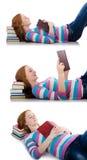 El estudiante joven con los libros aislados en blanco Foto de archivo