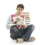 El estudiante joven con los libros aislados en un whi Imagen de archivo