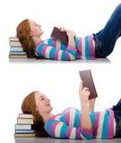 El estudiante joven con los libros en blanco Imagenes de archivo