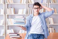 El estudiante joven con los libros que se preparan para los exámenes Imagenes de archivo