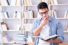 El estudiante joven con los libros que se preparan para los exámenes Fotos de archivo libres de regalías