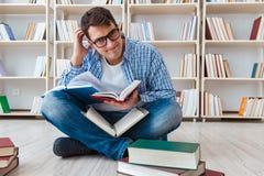 El estudiante joven que estudia con los libros Imagen de archivo libre de regalías