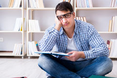 El estudiante joven que estudia con los libros Imagen de archivo
