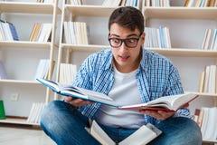 El estudiante joven que estudia con los libros Imágenes de archivo libres de regalías