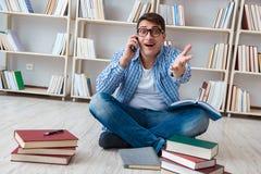 El estudiante joven que estudia con los libros Foto de archivo