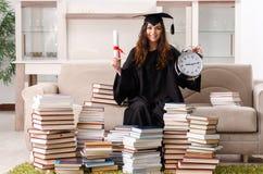 El estudiante joven que grad?a de la universidad foto de archivo