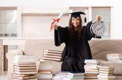 El estudiante joven que grad?a de la universidad fotografía de archivo