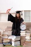 El estudiante joven que grad?a de la universidad fotos de archivo libres de regalías