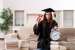El estudiante joven que grad?a de la universidad foto de archivo libre de regalías