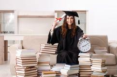 El estudiante joven que grad?a de la universidad imagenes de archivo