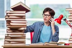 El estudiante joven que habla en el móvil Foto de archivo
