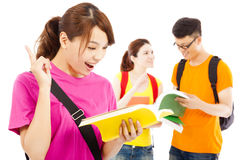 El estudiante joven que lee un libro y piensa hacia fuera ideas Imagen de archivo