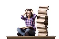 El estudiante joven que prepara a la universidad los exámenes aislados en blanco Foto de archivo