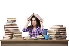El estudiante joven que prepara a la universidad los exámenes aislados en blanco Fotografía de archivo