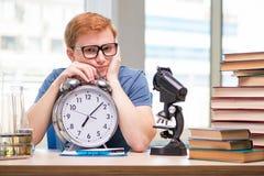 El estudiante joven que se prepara para el examen de la química Imagen de archivo
