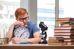 El estudiante joven que se prepara para el examen de la química Fotos de archivo
