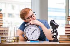 El estudiante joven que se prepara para el examen de la química Foto de archivo libre de regalías