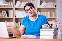 El estudiante joven que se prepara para los exámenes de la escuela Foto de archivo libre de regalías