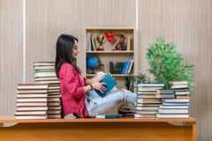 El estudiante joven que se prepara para los exámenes de la escuela de la universidad Fotografía de archivo libre de regalías