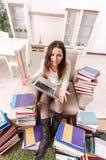El estudiante joven que se prepara para los ex?menes en casa foto de archivo libre de regalías