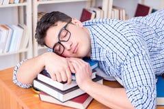 El estudiante joven que toma la rotura y caer dormidos Foto de archivo