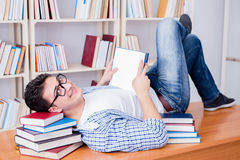 El estudiante joven que toma la rotura y caer dormidos Fotos de archivo libres de regalías