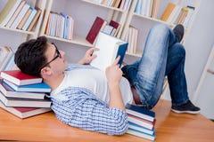 El estudiante joven que toma la rotura y caer dormidos Fotos de archivo