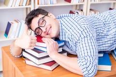 El estudiante joven que toma la rotura y caer dormidos Imagen de archivo