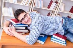 El estudiante joven que toma la rotura y caer dormidos Fotografía de archivo libre de regalías