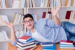 El estudiante joven que toma la rotura y caer dormidos Foto de archivo libre de regalías