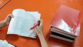 El estudiante leyó un libro a mano que se sostenía Fotos de archivo libres de regalías