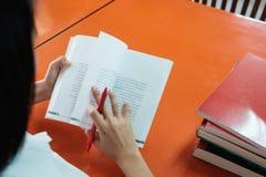 El estudiante leyó un libro a mano que se sostenía Imagenes de archivo
