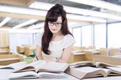 El estudiante listo aprende con los libros en clase Fotografía de archivo
