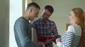 El estudiante masculino da vuelta a las páginas de su cuaderno almacen de video
