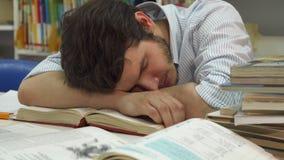 El estudiante masculino despierta en la biblioteca imágenes de archivo libres de regalías