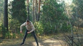 El estudiante masculino está disfrutando de deportes al aire libre en el parque que hace el entrenamiento de los ejercicios del c almacen de metraje de vídeo