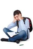 El estudiante masculino frustrado y cansado de los jóvenes aprende Fotografía de archivo