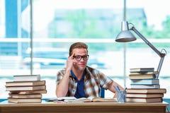 El estudiante masculino joven que se prepara para los exámenes de la High School secundaria fotos de archivo libres de regalías