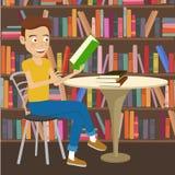 El estudiante masculino lee el libro de texto que se sienta en la tabla en biblioteca de universidad Fotografía de archivo