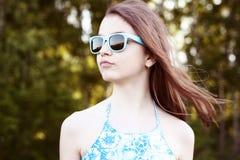 El estudiante natural hermoso de la colegiala de la niña de la belleza lleva el aire fresco brillante del día soleado del verano  Imagen de archivo