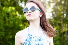 El estudiante natural hermoso de la colegiala de la niña de la belleza lleva el aire fresco brillante del día soleado del verano  Fotos de archivo