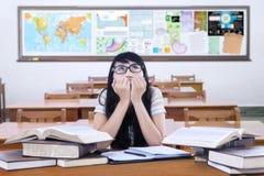 El estudiante nervioso prepara el examen en la clase Foto de archivo libre de regalías
