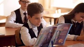 El estudiante oculta detrás de un libro metrajes