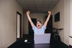 El estudiante parece para arriba y está alegre aumentar sus manos para arriba Sitio adolescente Foto de archivo