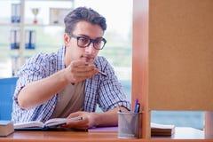 El estudiante que estudia en casa la preparación para el examen Fotografía de archivo libre de regalías