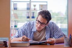 El estudiante que estudia en casa la preparación para el examen Foto de archivo