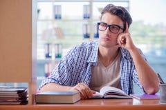 El estudiante que estudia en casa la preparación para el examen Fotos de archivo