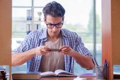 El estudiante que estudia en casa la preparación para el examen Imágenes de archivo libres de regalías
